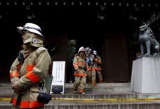 Пожарные у храма Ясукуни в Токио. 23 ноября 2015 года. В результате взрыва в храмовом комплексе Ясукуни в Токио в понедельник, был поврежден потолок и стена общественного туалета у южных ворот святилища, сообщило агентство Kyodo. REUTERS/Toru Hanai