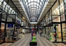 Galerie marchande à Hanovre, en Allemagne. La croissance du secteur privé de la zone euro s'est accélérée en novembre pour atteindre son plus haut niveau depuis la mi-2011, favorisée par la dépréciation de l'euro et la baisse des prix. /Photo d'archives/REUTERS/Fabian Bimmer