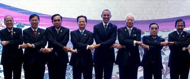 Лидеры АСЕАН с президентом США Бараком Обамой на саммите в Куала-Лумпур.  Страны Юго-Восточной Азии провозгласили создание блока с целью облегчить торговлю и движение капиталов на участке планеты с населением 625 миллионов и совокупным ВВП $2,6 триллиона. REUTERS/Jonathan Ernst