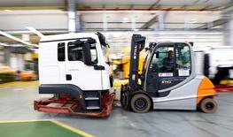 Un trabajador traslada la cabina de un camión en la planta de producción de MAN AG, en Múnich, Alemania, 30 de julio de 2015. El crecimiento del sector privado alemán se aceleró en noviembre, mostró un sondeo el lunes, lo que sugiere que la mayor economía europea desafía las preocupaciones sobre una ralentización en China y el escándalo de emisiones de la automotriz Volkswagen. REUTERS/Michaela Rehle