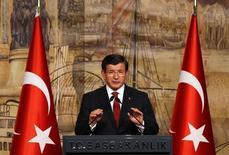 Премьер-министр Турции Ахмет Давутоглу на пресс-конференции в Стамбуле. 18 октября 2015 года. Турция призвала провести заседание Совета безопасности ООН, чтобы обсудить атаки на туркмен в соседней Сирии, сообщили источники в канцелярии премьер-министра, несколько дней спустя после того, как турецкий МИД вызвал российского посла в знак протеста против бомбардировки туркменских поселений. REUTERS/Murad Sezer