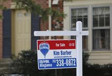 Una vivienda a la venta en Oakton, EEUU, mar 27, 2014. Las ventas de casas usadas en Estados Unidos cayeron más de lo esperado en octubre, con fuertes declives en regiones que han registrado las mayores alzas de precios, pero la tendencia subyacente sugirió que la vivienda continuó en un pie sólido.     REUTERS/Larry Downing