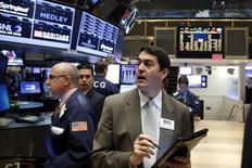 Operadores trabajando en la bolsa de Wall Street en Nueva York, nov 16, 2015. Las acciones subían levemente el lunes en la bolsa de Nueva York ayudadas por las ganancias de los sectores materiales y consumo, en momentos en que los inversores seguían cautelosos después de las fuertes ganancias registradas la semana pasada y antes del feriado en Estados Unidos por el día de Acción de Gracias.  REUTERS/Brendan McDermid