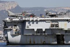 """Истребители Rafale и палубные штурмовики Super Etendard на борту авианосца """"Шарль де Голль"""" в Тулоне. 18 ноября 2015 года. Французские самолеты нанесли удары по позициям """"Исламского государства"""" в Ираке в понедельник, впервые за время конфликта вылетев с авианосца """"Шарль де Голль"""", сообщило командование в твиттере. REUTERS/Jean-Paul Pelissier"""