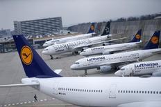 Самолеты Lufthansa в аэропорту Франкфурта-на-Майне. 13 ноября 2015 года. Немецкую авиакомпанию Lufthansa ждёт новая забастовка кабинного экипажа в четверг и пятницу, сообщил Рейтер глава профсоюза бортпроводников UFO в понедельник. REUTERS/Ralph Orlowski