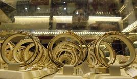 Золотые украшения в магазине в Ханое. 11 июня 2013 года. Цены на золото и серебро держатся вблизи шестилетних минимумов, а стоимость платины упала до минимума семи лет, из-за укрепления доллара и роста ожиданий, что ФРС поднимет процентные ставки в декабре. REUTERS/Kham