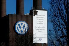 El logo de Volkswagen en una planta de la compañía en  Wolfsburgo, Alemania, el 20 de noviembre de 2015. Fiscales alemanes abrieron una investigación por presunta evasión de impuestos vinculada al escándalo de las emisiones que ha sacudido al fabricante alemán de automóviles Volkswagen, publicaron el diario Sueddeutsche Zeitung y las cadenas de televisión NDR y WDR. REUTERS/Ina Fassbender
