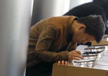 Una persona revisando un teléfono iPhone 6 de Apple en una tienda de la compañía en Pekín, nov 2, 2015. Apple planea lanzar su sistema de pagos móviles Apple Pay en China para inicios de febrero, reportó el Wall Street Journal.  REUTERS/Kim Kyung-Hoon