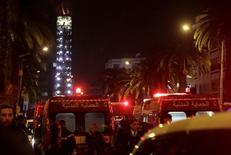 Машины полицейских и скорой помощи у места взрыва в автобусе в Тунисе. 24 ноября 2015 года. По меньшей мере 12 человек погибли в результате взрыва автобуса с президентской охраной в Тунисе во вторник. Один источник утверждает, что взрыв произвел смертник. REUTERS/Anis Mili