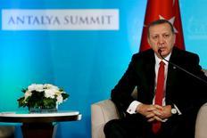 """Президент Турции Тайип Эрдоган на встрече с президентом США Бараком Обамой в гостинице Regnum Carya Resort в Анталье. 15 ноября 2015 года. Тайип Эрдоган сказал в среду, что его страна не хочет эскалации напряженности после того, как ее авиация сбила российский бомбардировщик, и объяснил этот инцидент требованиями безопасности и необходимостью защитить """"права наших братьев"""" в Сирии. REUTERS/Jonathan Ernst"""