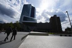 Штаб-квартира ЕЦБ во Франкфурте-на-Майне. 3 сентября 2015 года. Представители Европейского центробанка рассматривают такие возможные меры, как ужесточение условий для банков, придерживающих деньги, или выкуп долгов, в преддверии следующей встречи регулятора, говорят чиновники. REUTERS/Ralph Orlowski