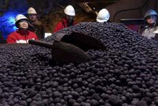 Visitantes examinan pellets de mineral de hierro producidos por la mina LKAB en Kiruna, Suecia, 30 de marzo de 2015. Las primas de los pellets de mineral de hierro -el material crudo de mayor calidad para fabricar acero- se han hundido este mes pese a la pérdida de una quinta parte de los suministros globales tras el desastre en una mina de Brasil, lo que remarca la profunda saturación de la industria. REUTERS/Balazs Koranyi/Files