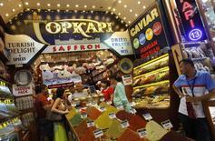Туристы из России и Казахстана на Египетском базаре в Стамбуле. 23 августа 2013 года. REUTERS/Murad Sezer