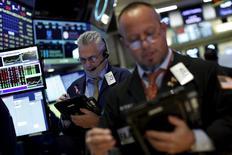 Operadores trabajando en la bolsa de Wall Street en Nueva York, nov 24, 2015. Las acciones subían levemente el miércoles luego de que una serie de datos mostraran un panorama de crecimiento económico moderado en Estados Unidos, lo que da a los funcionarios de la Reserva Federal más margen para analizar un alza de las tasas de interés el mes próximo.  REUTERS/Brendan McDermid