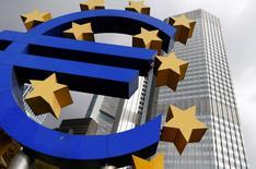 Una estructura con el símbolo del euro frente a la sede del BCE en Fráncfort, 26 de octubre de 2014. Los funcionarios del banco central de la zona euro consideran opciones como la posibilidad de fijar cargos a los bancos que atesoren fondos o comprar más deuda antes del próximo encuentro del Banco Central Europeo, de acuerdo con funcionarios de la entidad. REUTERS/Ralph Orlowski