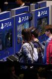 Visitantes jogam com o PlayStation 4 (PS4) na Paris Games Week, em Paris.  28/10/2015. REUTERS/Benoit Tessier