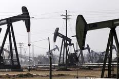 Станки-качалки на нефтяном месторождении в Калифорнии. 9 ноября 2014 года. Цены на нефть разнонаправленны при слабой активности рынка в отсутствие американских трейдеров, отмечающих День благодарения. REUTERS/Jonathan Alcorn