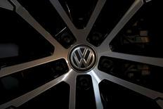 Логотип Volkswagen на колесе автомобиля  Golf в дилерском магазине Сеула.  Южная Корея распорядилась об отзыве 125.522 автомобилей Volkswagen AG, сообщив, что в ходе собственных проверок выявила занижение показателей выбросов дизельных автомобилей с более старым двигателем.  REUTERS/Kim Hong-Ji