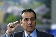 El ministro de Finanzas de Perú, Alonso Segura, habla con los medios antes de la reunión del Banco Mundial con el FMI, en Lima, 6 de octubre de 2015. Perú cerraría este año con un crecimiento económico en torno al 2,8 por ciento y el próximo año avanzaría alrededor de un 4,0 por ciento, tasas menores a las estimadas previamente, dijo el jueves el ministro de Economía, Alonso Segura. REUTERS/Mariana Bazo