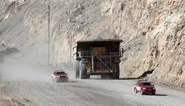 Un camión con un cargamento de cobre a las afueras de la mina Chuquicamata en el norte de Chile, abr 1, 2011. Los precios del cobre repuntaron el jueves a sus niveles más altos en casi dos semanas, debido a que la tendencia alcista del dólar se frenó y los fondos empezaron a revertir parte de sus apuestas por precios más bajos.   REUTERS/Ivan Alvarado