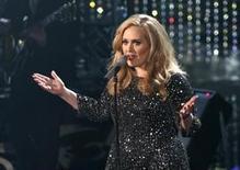 """Cantora Adele interpreta a canção """"Skyfall"""", vencedora do prêmio de melhor canção original na cerimônia dos Academy Awards, em 2013. 24/02/2013. REUTERS/Mario Anzuoni"""