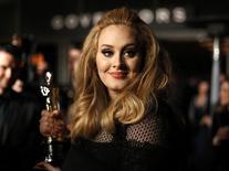 """Cantora Adele com o Oscar de melhor canção original por """"Skyfall"""", após a cerimônia de premiação. 24/02/2013. REUTERS/Lucas Jackson"""