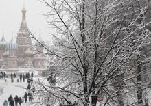 Покровский соборо в Москве 29 декабря 2010 года. Выходные в Москве будут холодными, свидетельствует усредненный прогноз, составленный на основании данных Гидрометцентра России, сайтов intellicast.com и gismeteo.ru. REUTERS/Denis Sinyakov