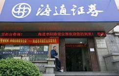 Мужчина курит у входа в брокерскую контору Haitong Securities в Шанхае. 27 апреля 2012 года. Регулятор рынка ценных бумаг Китая ведет расследование в отношении инвестиционной компании China Haitong Securities, сообщили Рейтер в пятницу два источника, непосредственно знакомые с ситуацией, вслед за расследованием деятельности двух других китайских инвестиционных компаний. REUTERS/Aly Song