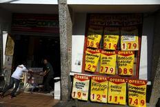 Un supermercado en Río de Janeiro, sep 24, 2015. La economía brasileña probablemente se contrajo al mayor ritmo anual del que se tenga registro en el tercer trimestre, golpeada por una combinación de recortes de presupuestos del Gobierno, una elevada inflación y una crisis política, mostró el jueves un sondeo de Reuters.  REUTERS/Pilar Olivares