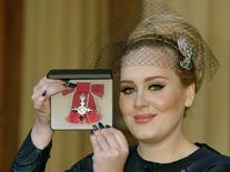 Cantora Adele recebe honraria no Palácio de Buckingham em Londres.  19/12/2013. REUTERS/Divulgação/John Stillwell