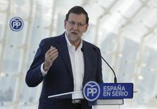 El presidente del Gobierno español, Mariano Rajoy, habla en un acto electoral del Partido Popular en Valencia. 28 de noviembre de 2015. Rajoy dijo el sábado que si el Partido Popular gana las elecciones generales del próximo 20 de diciembre bajará dos puntos porcentuales el impuesto a la renta con lo que el tipo mínimo caería al 17 por ciento y el máximo al 43 por ciento. REUTERS/Heino Kalis - RTX1W7XO