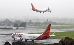 Le PDG et co-fondateur de SpiceJet, Ajay Singh, a déclaré que la compagnie aérienne indienne s'apprêtait à commander plus de 150 avions monocouloirs et devrait porter son choix d'ici fin mars sur des A320 Neo d'Airbus ou des 737 Max de Boeing. /Photo d'archives/REUTERS/Punit Paranjpe