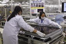 Mujeres ensamblan un televisor en una planta de Sharp Corp en Yaita. 19 de noviembre 2015. La producción industrial japonesa avanzó por segundo mes consecutivo en octubre, una señal de un repunte gradual de la actividad fabril y un presagio optimista de la capacidad de la economía para recuperarse de una recesión. REUTERS/Reiji Murai