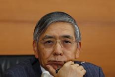 """El gobernador del Banco de Japón, Haruhiko Kuroda, durante una conferencia de prensa en la sede del organismo en Tokio, 30 de octubre de 2015. El gobernador del Banco de Japón rechazó las llamadas de los críticos para que el banco central vaya más lento en la búsqueda de un objetivo de inflación de un 2 por ciento y subrayó la necesidad de adoptar """"las medidas que sean necesarias"""" para lograr su ambiciosa meta de precios al consumidor. REUTERS/Thomas Peter"""