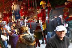 Personas miran la decoración navideña en una tienda en Nuremberg, Alemania, 27 de noviembre de 2015. Las ventas minoristas de Alemania cayeron inesperadamente en octubre en una tasa mensual, pero un aumento sólido en el año reforzó las expectativas de que el consumo privado seguirá siendo un motor de crecimiento clave para la economía más grande de Europa en el último trimestre del año. REUTERS/Michaela Rehle