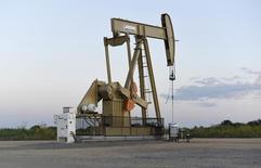Una unidad de bombeo de crudo, arrendada a Devon, operando cerca de Guthrie, EEUU, sep 15, 2015. Los precios del petróleo se mantendrían deprimidos por más tiempo, de acuerdo a los pronósticos de analistas para el año próximo, mientras que los expertos anticipan que la OPEP no reducirá su producción en la reunión de esta semana, mostró el lunes un sondeo de Reuters. REUTERS/Nick Oxford