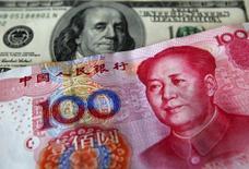 Le conseil d'administration du Fonds monétaire international a donné son accord lundi à l'intégration du yuan chinois dans le panier de devises qui lui sert de référence, un feu vert qui consacre l'internationalisation de la monnaie chinoise et l'accession de Pékin parmi les toutes premières économies de la planète. /Photo d'archives/ REUTERS/Nicky Loh