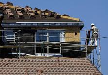 Unos obreros trabajando en la construcción de una vivienda nueva en Carlsbad, EEUU, sep 22, 2014. El gasto en construcción en Estados Unidos subió más de lo esperado en octubre debido a que los desembolsos aumentaron en todos los sectores, lo que sugiere que la economía permanece en terreno firme, pese a la desaceleración del gasto del consumidor y la persistente debilidad en manufacturas.      REUTERS/Mike Blake