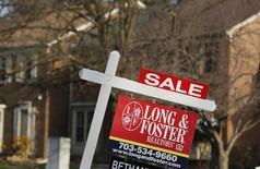Una vivienda a la venta en Oakton, EEUU, mar 27, 2014. Las ventas de casas usadas en Estados Unidos repuntarán el próximo año, aunque probablemente los precios de las viviendas no subirán, según un sondeo de Reuters a economistas que estimaron que el mercado inmobiliario del país extenderá su modesta recuperación.     REUTERS/Larry Downing