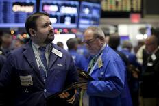 Трейдеры на фондовой бирже в Нью-Йорке. 1 декабря 2015 года. Уолл-стрит начала заключительный месяц года на положительной ноте, так как инвесторы ожидают экономических данных и решений центробанков. REUTERS/Brendan McDermid