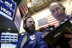 Operadores trabajando en la bolsa de Wall Street en Nueva York , dic 1, 2015. La Bolsa de Nueva York abrió en alza el martes, pero recortó parte de sus ganancias luego de un dato que mostró que la actividad manufacturera de Estados Unidos se contrajo en noviembre para caer a su peor nivel desde junio de 2009.   REUTERS/Brendan McDermid