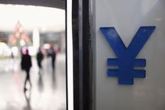 El logo del yuan en una casa de monedas en Shanghái, dic 1, 2015. Funcionarios del Fondo Monetario Internacional remarcaron la necesidad de realizar más reformas económicas en China y vieron algunos desafíos operacionales al agregar al yuan chino a la canasta referencial de monedas del fondo, dijo la entidad el martes.  REUTERS/Aly Song