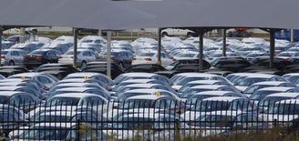 Usine Volkswagen de Chattanooga, dans le Tennessee. Les ventes de l'industrie automobile aux Etats-Unis ont dépassé les 18 millions de véhicules sur une base annualisée au mois de novembre malgré un net recul pour VW, dont les immatriculations ont chuté de près d'un quart sur un an. La barre de 17,35 millions de véhicules sur un an, atteinte en 2000, devrait en effet être franchie cette année, selon la plupart des analystes. /Photo prise le 4 novembre 2015/REUTERS/Tami Chappell
