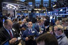 Трейдеры на торгах Нью-Йоркской фондовой биржи 4 ноября 2015 года. Уолл-стрит начала декабрь ростом во вторник благодаря восстановлению акций компаний здравоохранения и потребительского сектора, а также оживленному росту продаж автомобилей в ноябре. REUTERS/Brendan McDermid