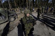 Литовские военнослужашие на учениях в Рукле 19 марта 2015 года. Развертывание российских войск вблизи Литвы, а также внезапные учения на окружающих прибалтийских территориях усилили напряженность в регионе на фоне активности Москвы в Сирии, сказал министр обороны Литвы. REUTERS/Ints Kalnins