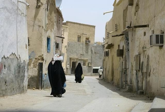 Veiled women carry vegetables as they walk along a street at the neighbourhood of Shmeisy in Riyadh April 22, 2013.  REUTERS/Faisal Al Nasser