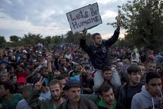 """Мигранты ждут автобусов у деревни Бабска в Хорватии 23 сентября 2015 года. Брюссель и Анкара могут договориться на этой неделе о переселении до полумиллиона сирийских беженцев из Турции в ЕС, сказал премьер Венгрии Виктор Орбан, назвав проект """"полусекретным планом"""" и """"отвратительным сюрпризом, который ожидает европейцев"""". REUTERS/Marko Djurica"""