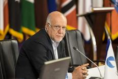En esta imagen de archivo, el ministro de Petróleo de Irán, Bijan Zanganeh, asiste a una reunión en Teherán el 21 de noviembre de 2015. Irán no necesita permiso para incrementar su producción de crudo luego de que se levanten las sanciones en su contra, dijo el ministro de Petróleo Bijan Zanganeh, según fue citado el miércoles por la agencia de noticias Shana, antes de una reunión de la OPEP. REUTERS/Raheb Homavandi/TIMA