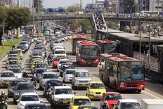 Vehículos y buses en un atochamiento de tráfico en Bogotá, oct 20, 2015. Las ventas de vehículos nuevos en Colombia cayeron un 18,3 por ciento interanual en noviembre a 21.004 unidades, informó el miércoles el gremio automotor, un reflejo del impacto de la desaceleración económica y la depreciación de la moneda local.  REUTERS/Jose Miguel Gomez