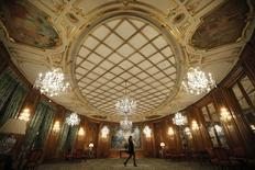 """Dans l'hôtellerie haut de gamme et les palaces parisiens, le chiffre d'affaires a chuté de 35% au mois de novembre et l'activité devrait plonger de 40% à 50% en décembre, selon Didier Le Calvez, dirigeant de la branche """"prestige"""" de l'UMIH et PDG du Bristol (photo). /Photo prise le 27 juillet 2015/REUTERS/Stéphane Mahé"""